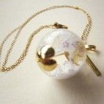 WHITE SNOW BALL NECKLACE