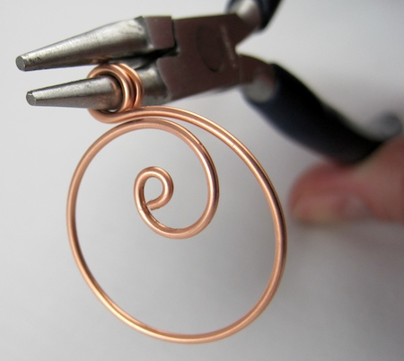 Zen spiral hoop earrings tutorial - finishing the double loop