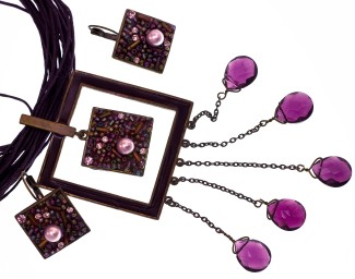 selling-jewelry-at-work-photo-frame-necklace-325x256