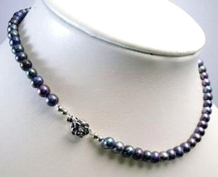 Tahitian black pearl necklace (Robert Mayer)
