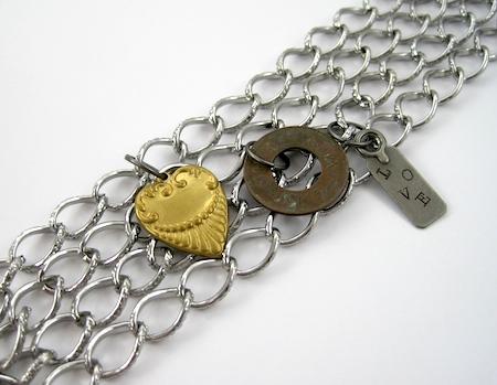 Adicionando amuletos - Tutorial de correntes e braceletes de amuletos por Rena Klingenberg