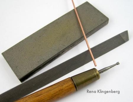 Alisando pontas de fio de cobre - Rena Klingenberg