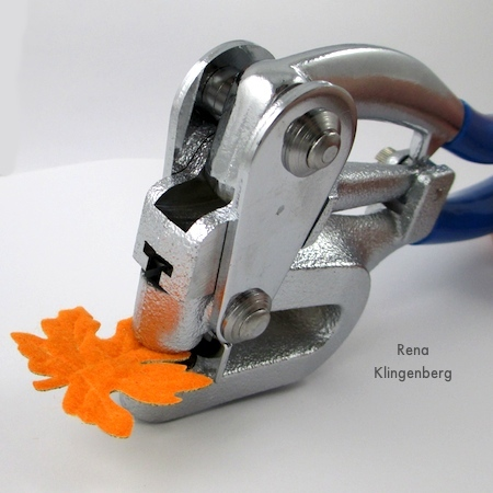 Fazendo um buraco na folha do tecido para os brincos de folha de outono coloridos - tutorial por Rena Klingenberg