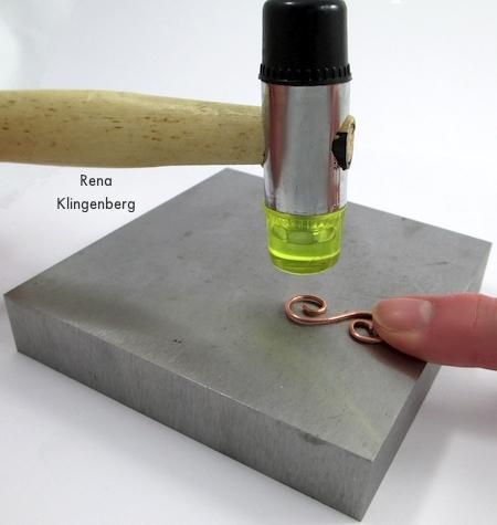 Endurecimento por martelo do fecho acabado - Fecho em gancho de arame espiral - tutorial por Rena Klingenberg