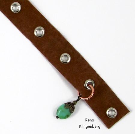 Colocando amuletos na fita isolante - Grommet Wrap Charm Bracelet - Tutorial de Rena Klingenberg