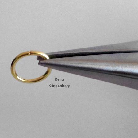 Juntando as peças para brincos Loops & Hoops - Tutorial de Rena Klingenberg