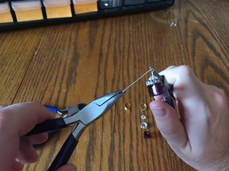 Dobrando o fio para Brincos Swarovski Cube DIY de Kyle Heath - destaque no Jewelry Making Journal