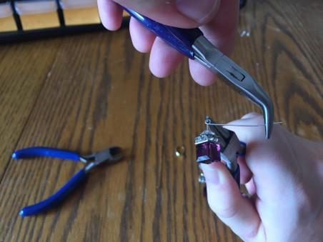 Envolvendo os loops para Brincos Swarovski Cube DIY de Kyle Heath - destaque no Jewelry Making Journal