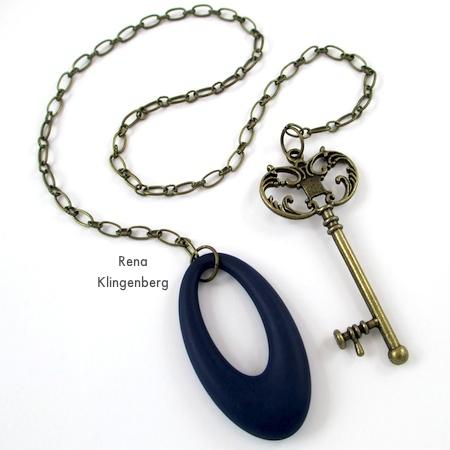 Colar de laço com chave de latão e pendente oval marinho - Diversão com colares de laço - Tutorial de Rena Klingenberg