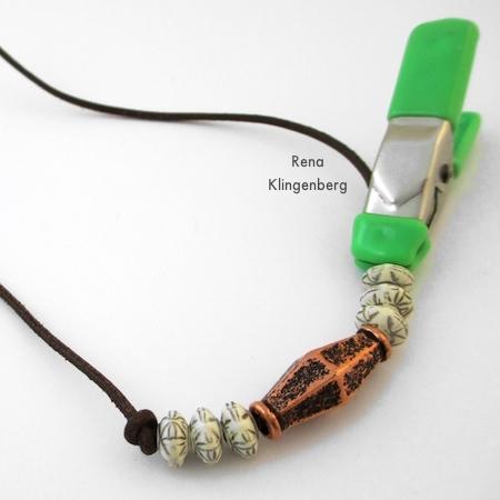 Finalizando o primeiro nó para pulseira de cordão ajustável - Tutorial de Rena Klingenberg