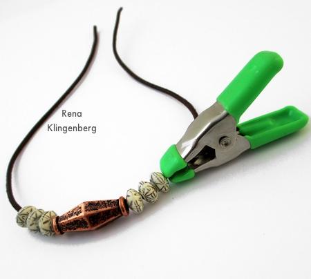 Mantenha as contas no lugar com um clipe - Pulseira de cordão ajustável - Tutorial de Rena Klingenberg