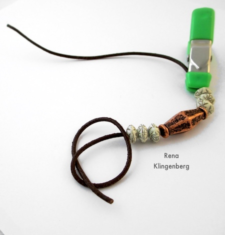 Fazendo um nó em uma das pontas das contas - Pulseira de cordão ajustável - Tutorial de Rena Klingenberg