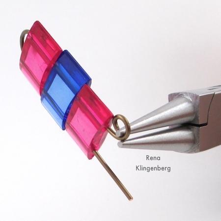 Extremidades de arame de rolagem - Brincos com contas de dois furos - Tutorial de Rena Klingenberg