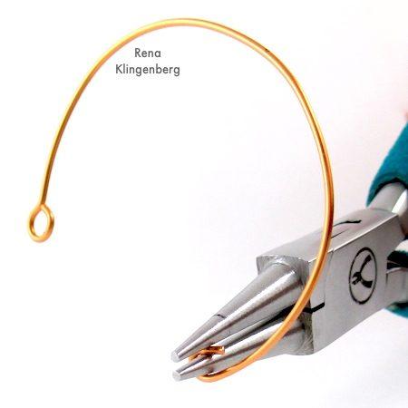 Moldando fio para pulseira de miçangas e fios - Tutorial de Rena Klingenberg