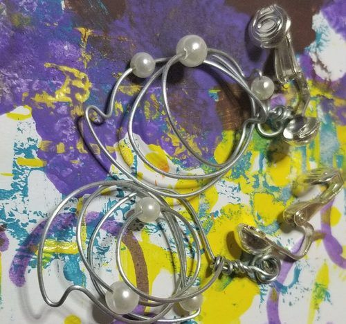 My Hands R Full by Gale Wilson-Broady  - featured on Jewelry Making Journal